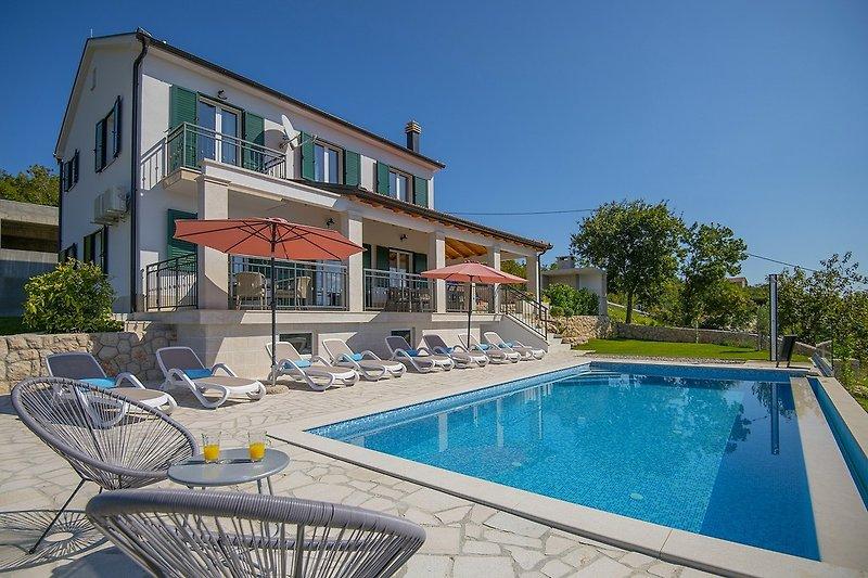 Villa mit privatem 9 x 4 m großem Infinity-Pool mit 8 Liegestühlen, Tischtennisplatte und überdachtem Essbereich