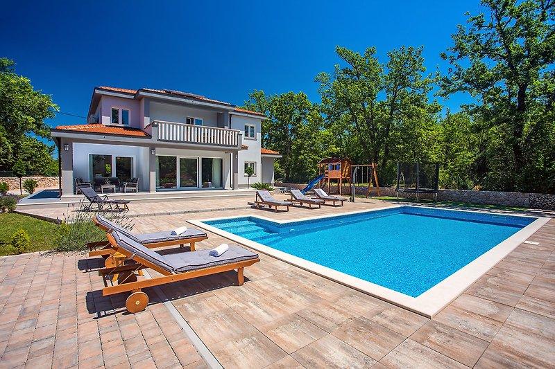 Villa Andrea mit 5 Schlafzimmern, 50 qm Pool, Fun-Zone, Spielplatz im Freien