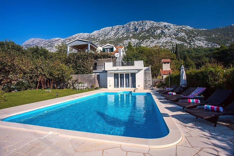 Villa Goldener Garten für 6 Personen, schöne Umgebung und geräumigen, privaten Pool