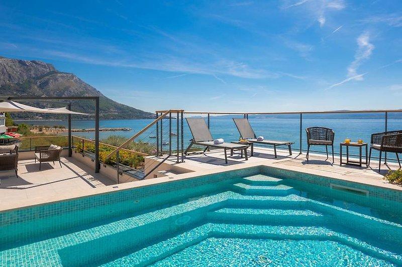 Eine Dachterrasse mit Whirlpool und Lounge-Sitzbereich bietet Ihnen eine einzigartige Gelegenheit, die Aussicht zu genie