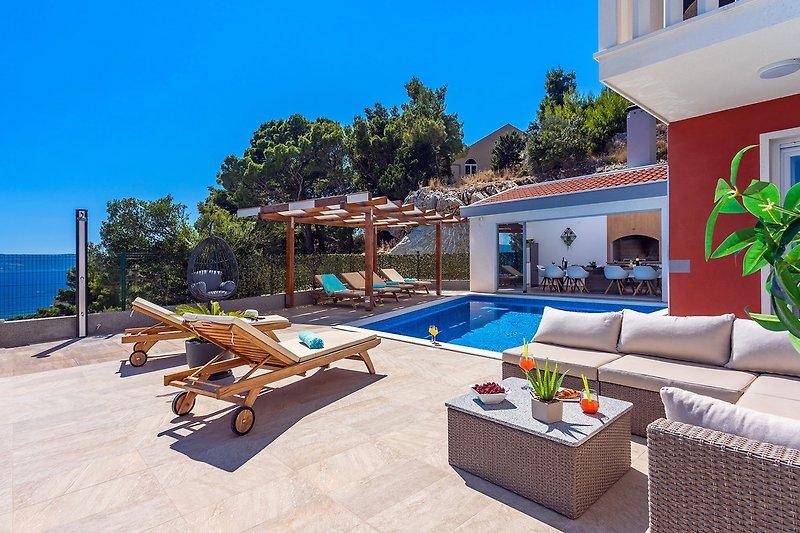 Privater Pool und Poolbereich mit Sommerküche verbunden