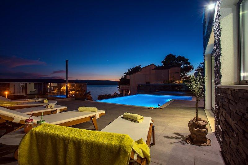 Genießen Sie Abende im Poolbereich mit sorgfältig ausgewählten Lichtern