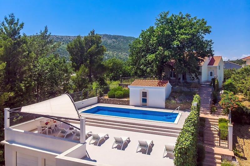VILLA PROVOŠ - Geräumige Sonnenterrasse, 40 m² großer Pool, Sauna und Wohnbereich im Obergeschoss sowie schattiger Essbe