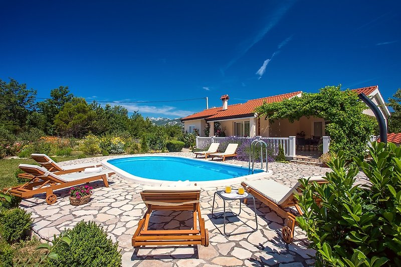 Modern 130m2 villa with private pool free wifi and 3 bedrooms, 8 people