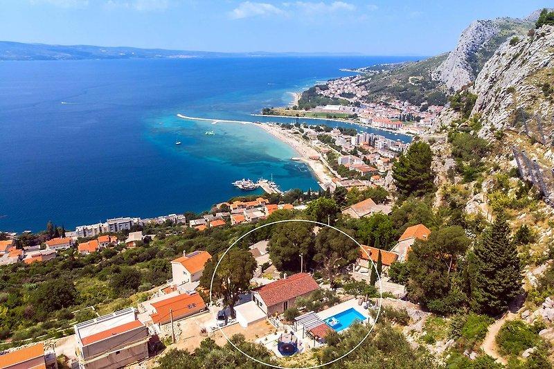 Erstaunliche Aussicht mit attraktiver Lage der Villa (2 km vom Strand und der Stadt Omiš)