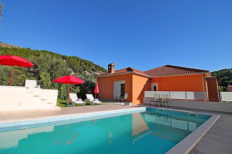 Villa Marietta mit privatem Pool und Sauna, 9 km von Split