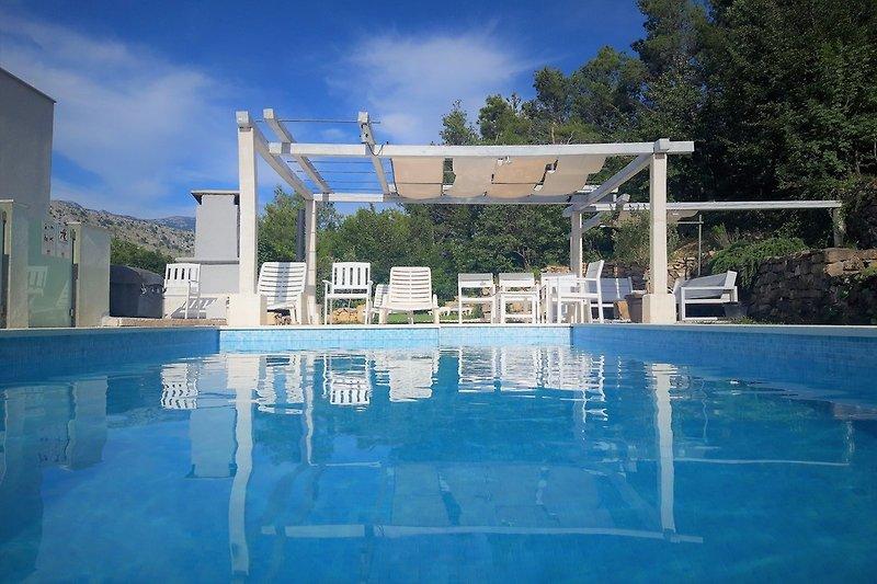 Villa Oblik bietet Pool, Sauna und Whirpool