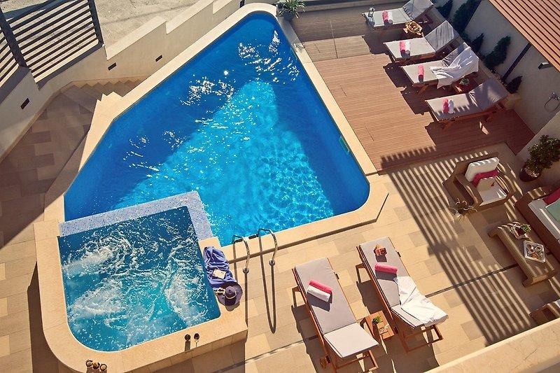 Blick vom Balkon des Schlafzimmers auf den Pool