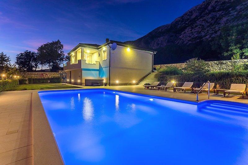 Villa Beybe mit 50 qm Pool, Whirlpool, Billardtisch, Spielplatz und Minigolf