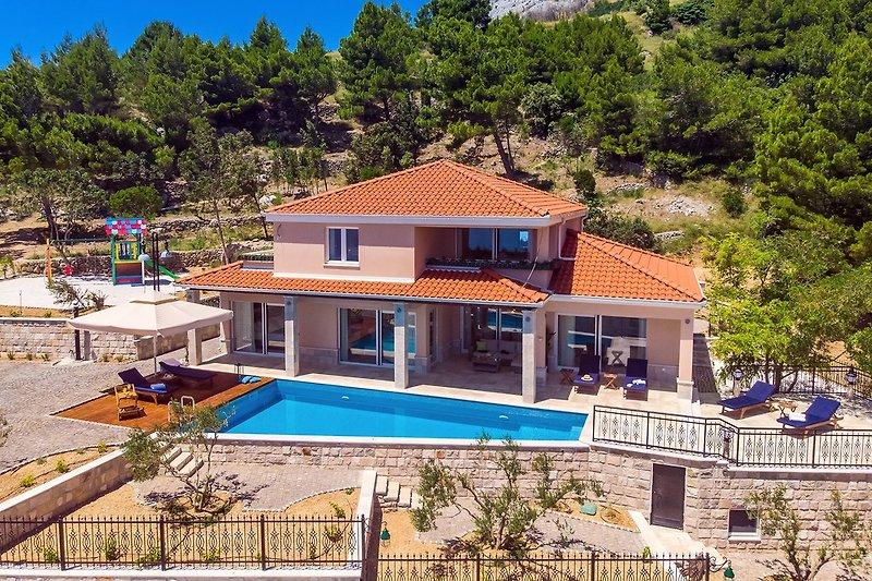 Die neu erbaute 215 m² große Villa Porto Mimice bietet Platz für 8 Personen