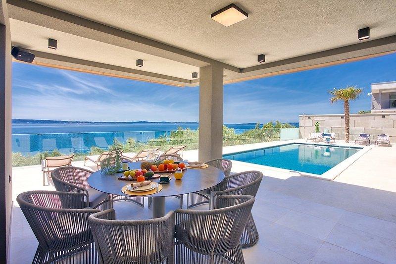Stilvolles Anwesen mit einem beheizten 37,8 m² großen privaten Pool, einem Whirlpool, einer finnischen Sauna, Billard
