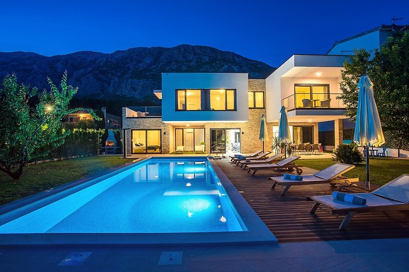 Nachtansicht auf Villa Agava und Außenbereich