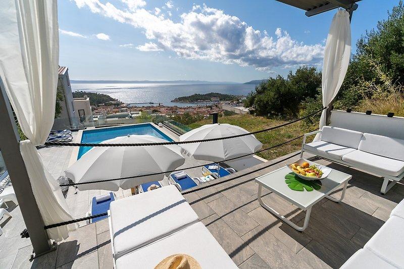 Die Villa Lea bietet eine Lounge-Ecke zum Entspannen bei der Aussicht auf den Sonnenuntergang