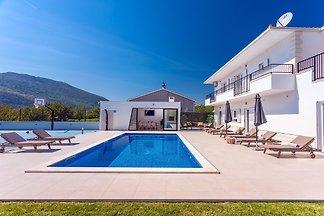 RABATT 20% Die Villa Almic bietet geräumige Unterkünfte für 10 Personen mit einem privaten, beheizten 40 m² großen Pool, 5 Schlafzimmern, 4 Bädern, einem Videospielzimmer mit PS4