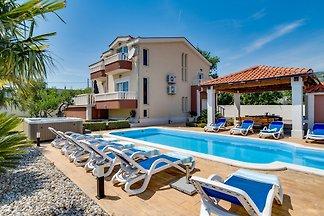 Villa Suker Jacuzzi, Pool, Garten