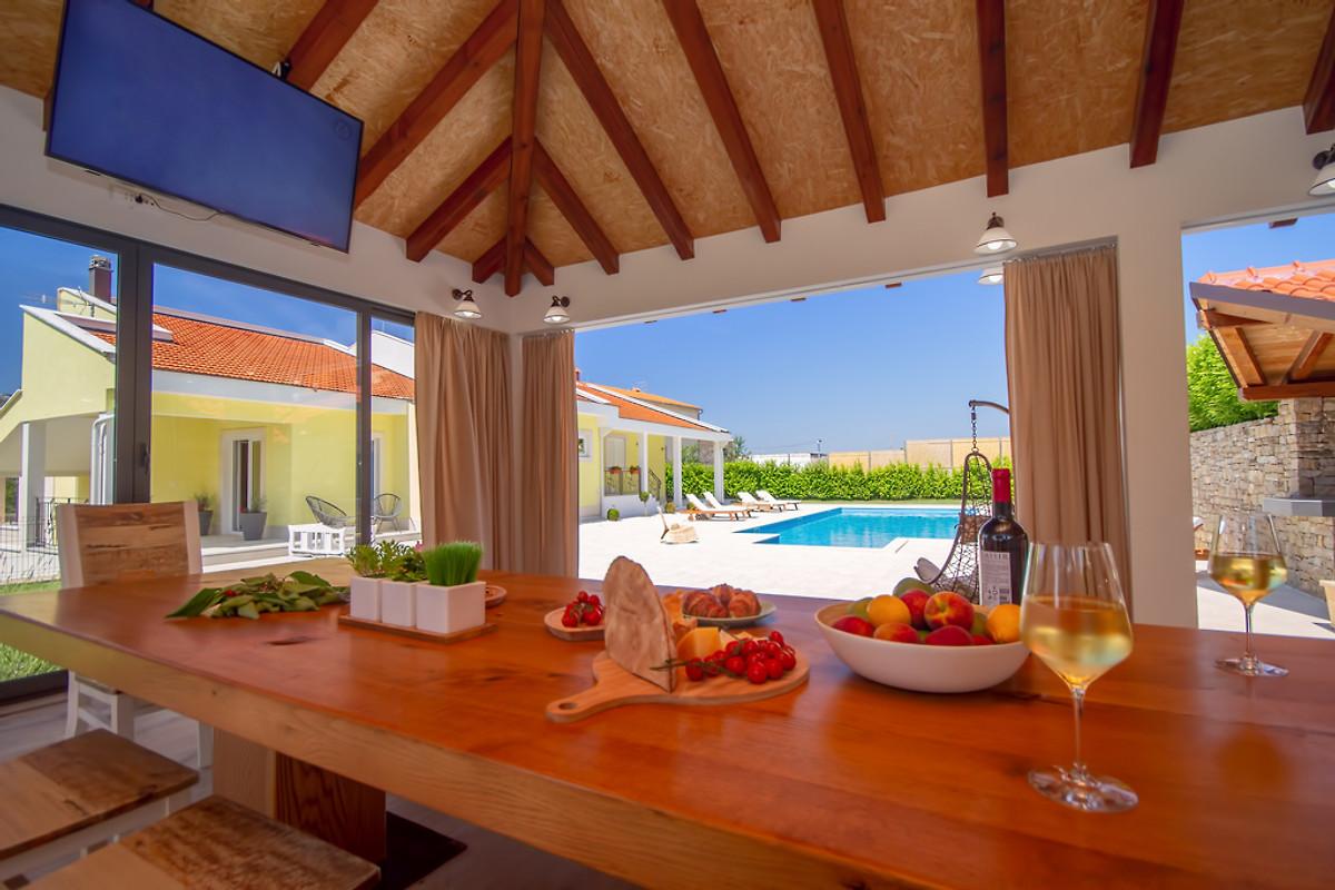 Sommerküche Englisch : Villa delmati tennispl. pool 12 per in tugare firma feriehome