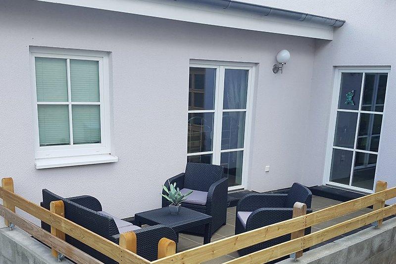 Terrasse vor Küche und Schlafzimmer