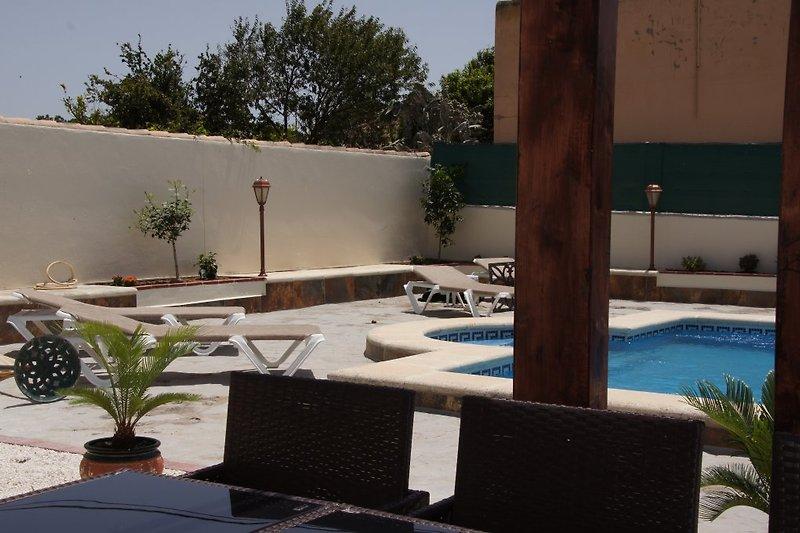 Blick von der Terasse auf den Poolbereich