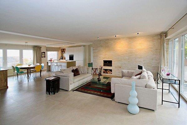 Großes Wohnzimmer mit Essecke und Zugang zur Küche