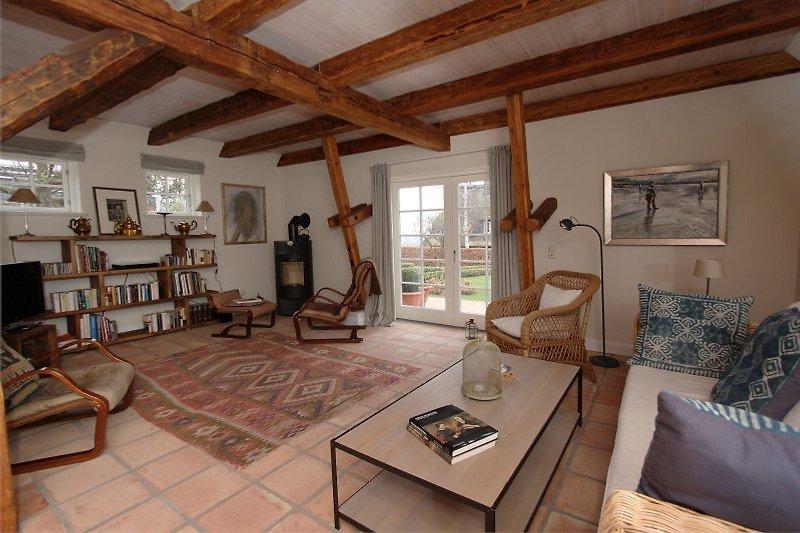 Wohnzimmer mit Kamin, LCD/SAT/DVD/Stereo und Terrassentür zum Garten