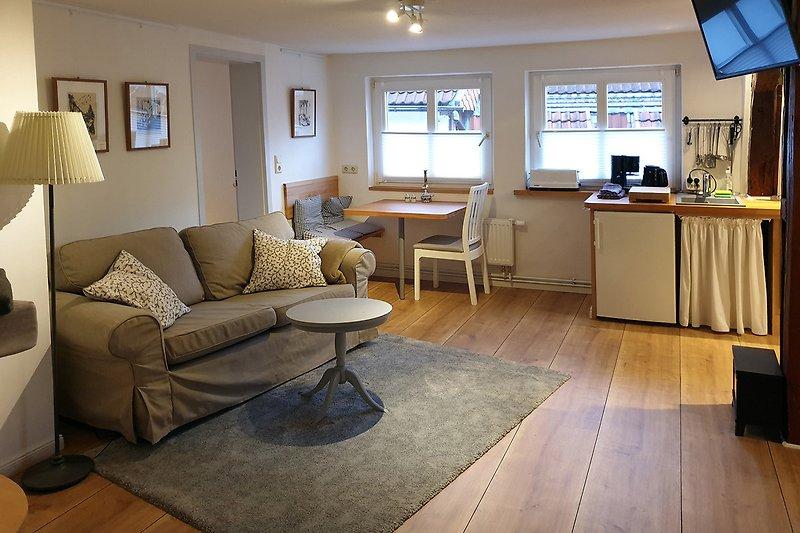 Das Wohnzimmer mit Esstisch und Küchenzeile