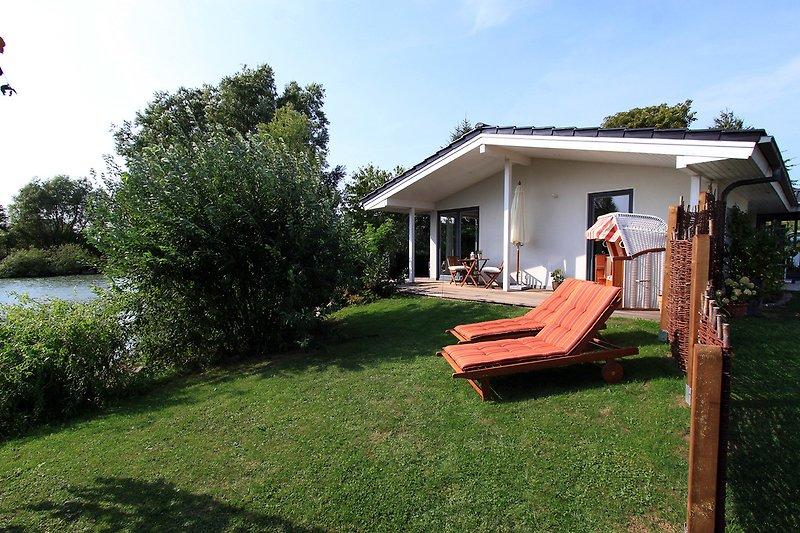 Ferienhaus Am Teich mit garten Terrasse und Teichblick