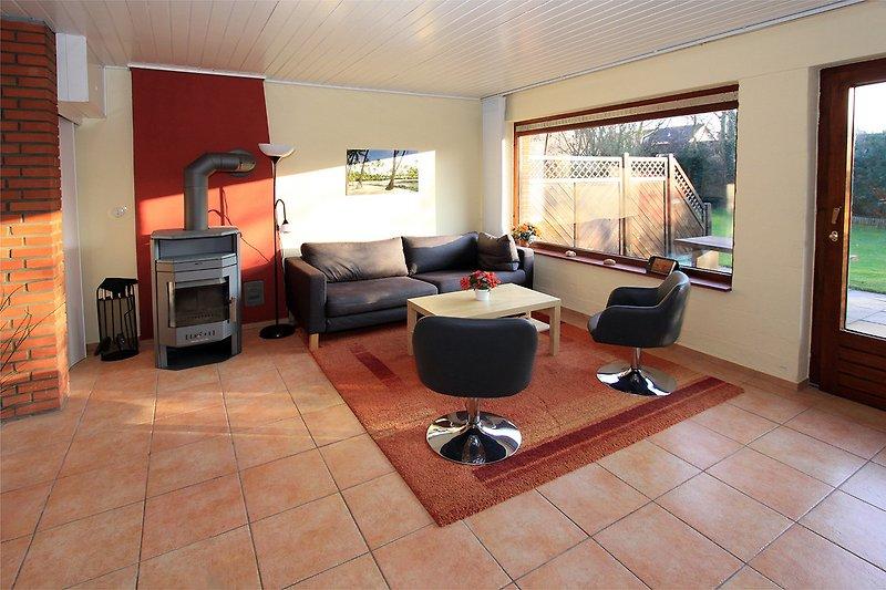 Wohnzimmer mit SAT-TV, Kamin und Terrassentür