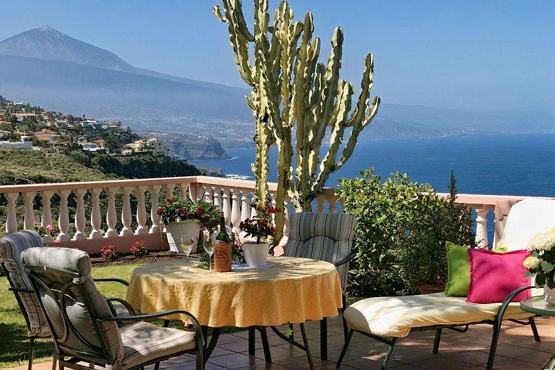 Frühstück auf der Terrasse zum Meer