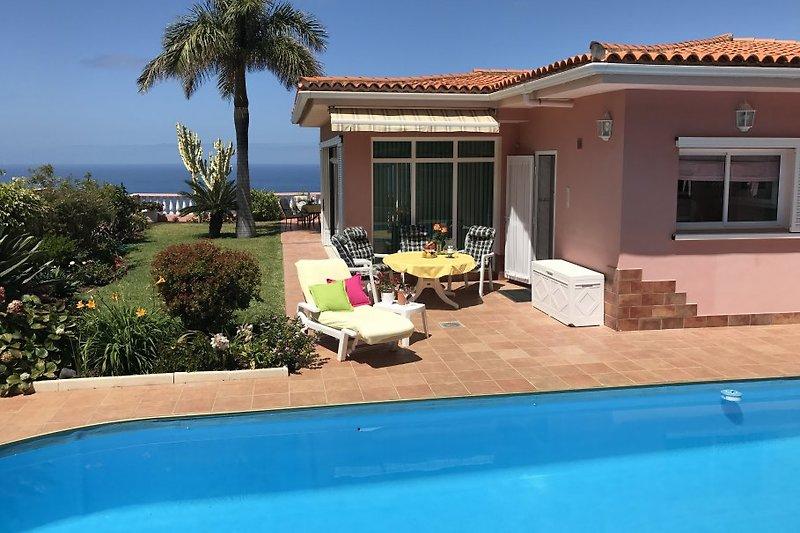 kl. Terrasse am Pool mit Eingang zur Küche. Im Hintergrund Terrasse zum Meer