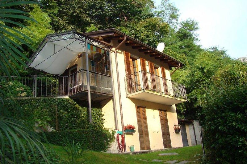 Blick von der Seite aufs Haus