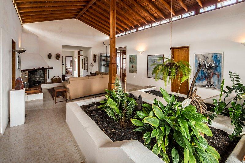 Wohnzimmer mit Innengarten