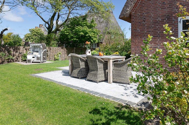 Terrasse mit Strankorb im Garten