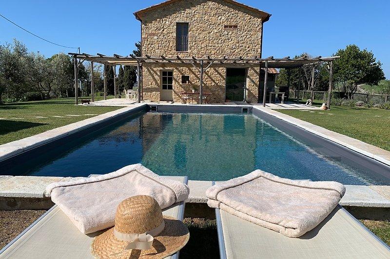 Blick über den Pool auf die Villa