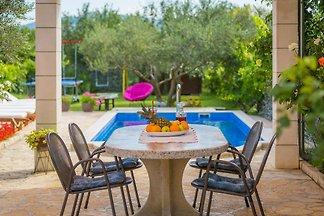 Diese Villa ist eine Residenz mit 3 Schlafzimmern  ,    8 km vom wunderschönen weißen Strand entfernt.