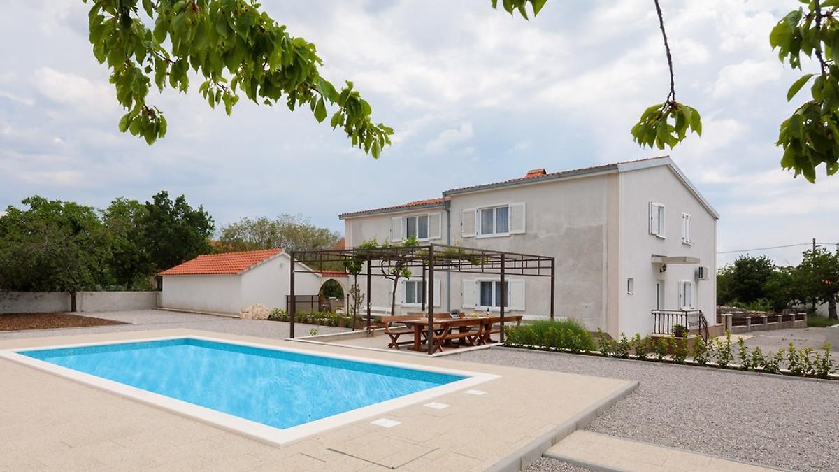 Grosse moderne xxl doppelhaus ferienhaus in makarska mieten for Garten pool xxl