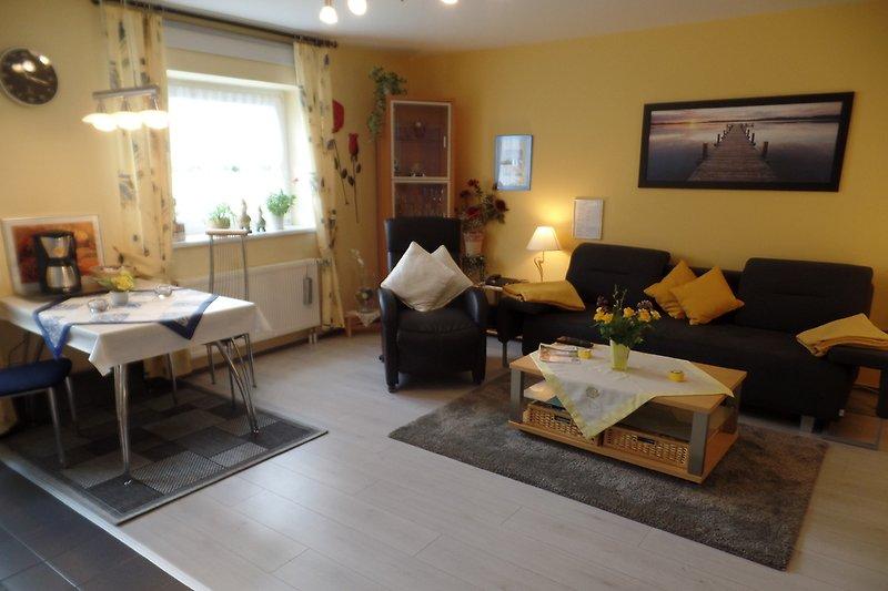 Wohnzimmer mit Laminatboden