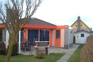Unser komfortables Ferienhaus im Bungalowpark Strandslag liegt in einmalig schöner ruhiger Lage vor den riesigen Sanddünen in Julianadorp aan zee, ca. 400 m vom Meer entfernt.