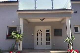 Das Haus ist unterteilt in ein  Erdgeschoss Wohnung ****100 qm- (für 6 Personen), sowie einem  abgetrennten Obergeschoss 90 qm  inkl. 3 einzelnen Studio-Apartments***.