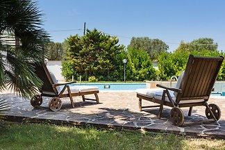 Il giardino di Antonietta con una grande piscina