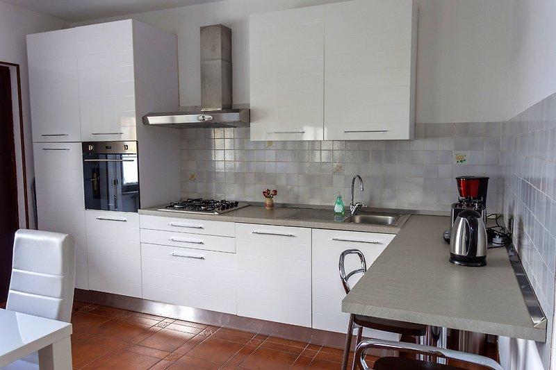 komplett ausgestattete Küche mit Spülmaschine