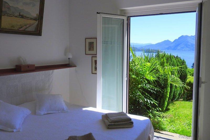 Schlafzimmer mit Ausgang zum Garten + Seeblick