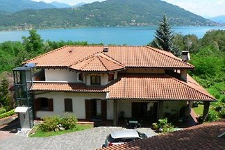 Large + exclusive apartment, 300m to the Lake, fantastic sea and panoramic views!    Ideal for families, pets allowed.