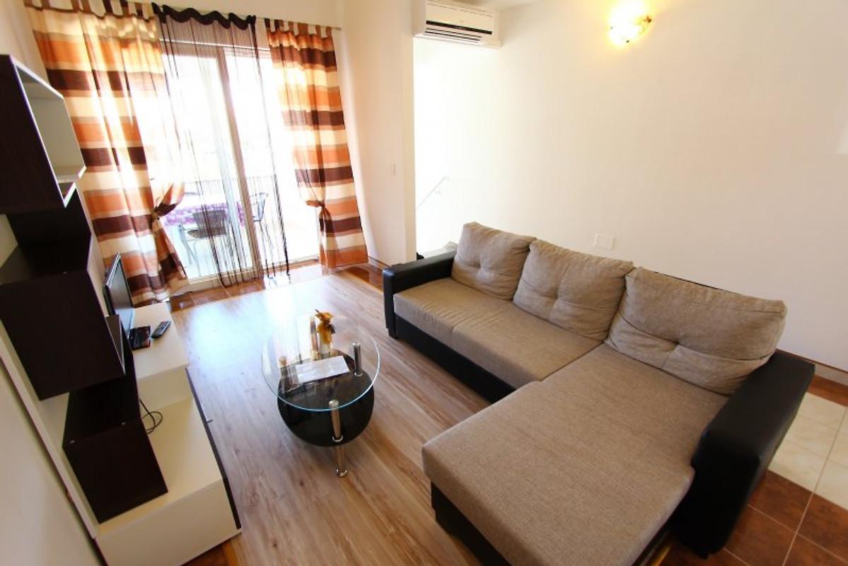 neily wohnung mit drei schlafzimmern ferienwohnung in. Black Bedroom Furniture Sets. Home Design Ideas
