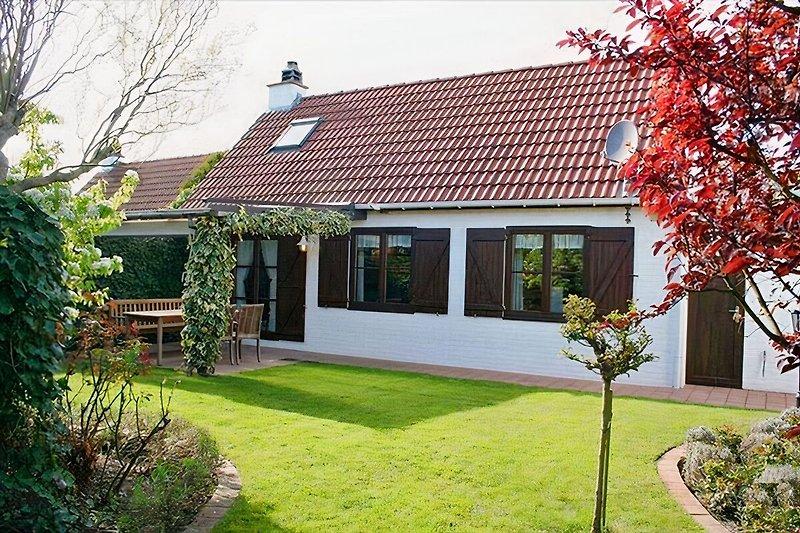 Gartenansicht mit überdachter Terrasse