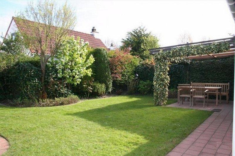 Garten kaum einsehbar mit Terrasse