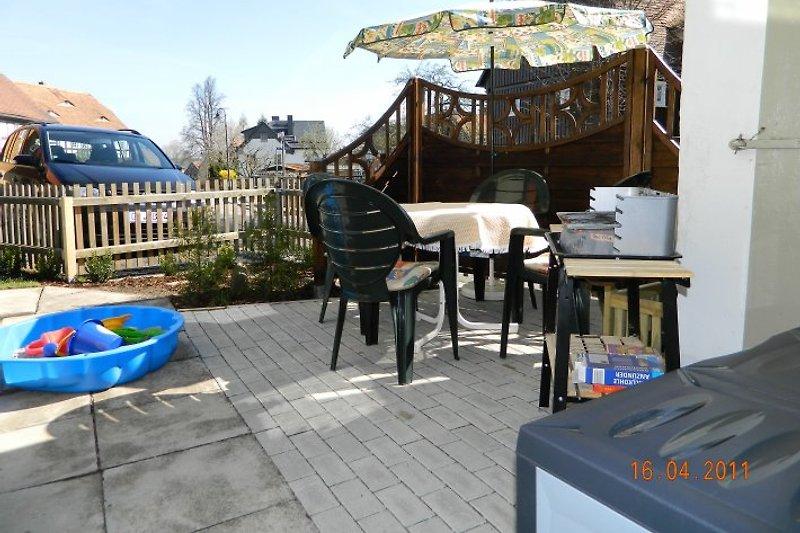 kleine Terrasse neben dem Haus