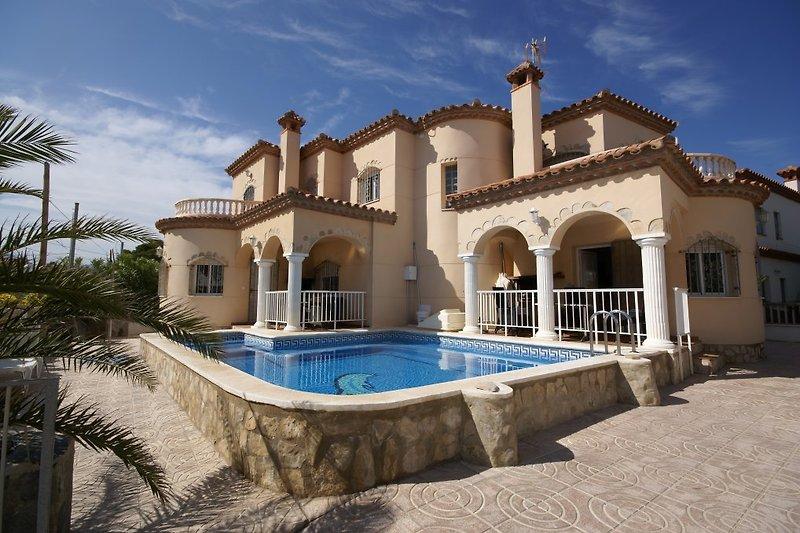 Pool und beide Terrassen