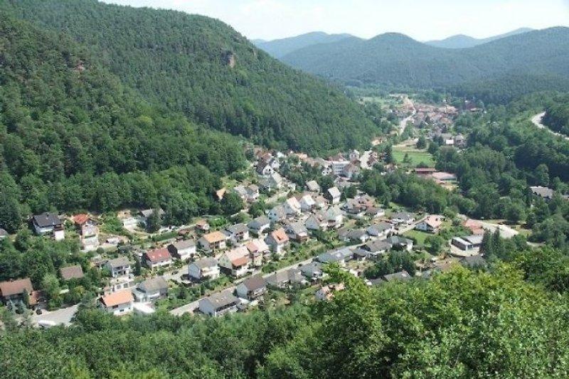 Blick von der Falkenburg über Wilgartswiesen