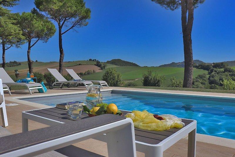 Villa Nella - Außenräume zum Entspannen im Poolbereich