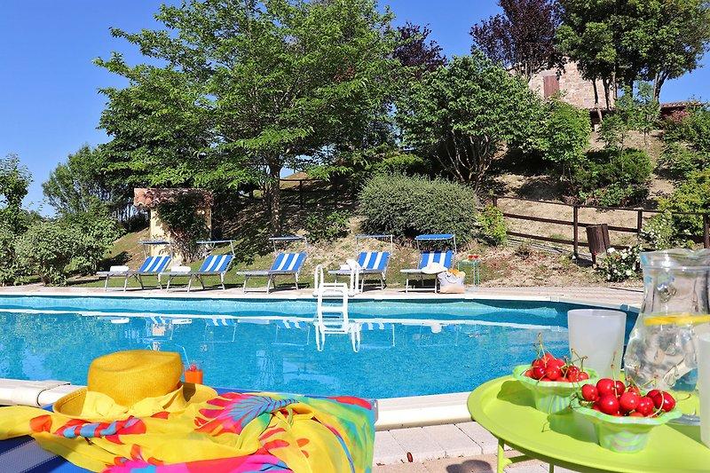 Villa Amata - Blick auf die Villa und den Poolbereich